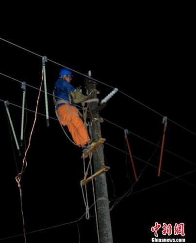 资料图:地震发生后,电力人员正在全力抢修在地震中受损的线路。曾林 摄