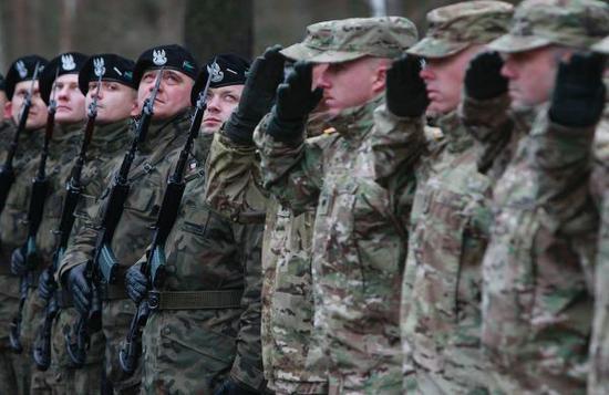美军部队抵达波兰Zagan军事基地 东方IC 资料