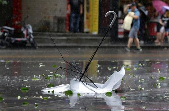 """9月16日,广东深圳,超强台风""""山竹""""即将来袭,民众出行受阻。视觉中国 图"""