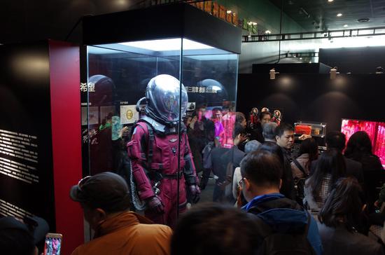 《流浪地球》主题电影展陈列了电影中的众多高精度道具。