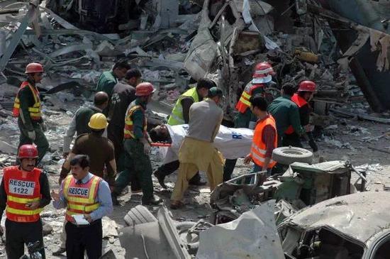 """▲图为""""基地""""组织在巴基斯坦制造的一起恐袭事件的现场。"""