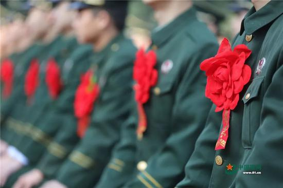 退役老兵欢送大会 来源:中国军网