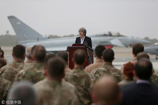 英首相特蕾莎·梅此前视察空军基地。(资料图)