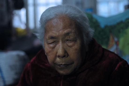 """1938年,日军在岳阳使用细菌武器,9岁的彭竹英因此双目失明。1944年5月,彭竹英又被日军强行抓去,成为了""""慰安妇""""。 新京报记者 吴江 摄"""