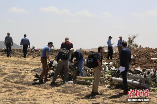 资料图:埃塞航空失事航班救援现场,波音公司派出团队在现场展开调查。中新社记者 王曦 摄