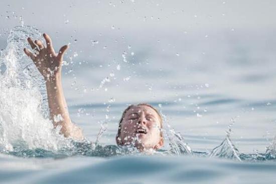 我和你妈掉水里先救