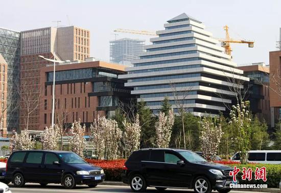 资料图:2015年3月,河南省郑州市街边楼房。 中新社发 王子瑞 摄