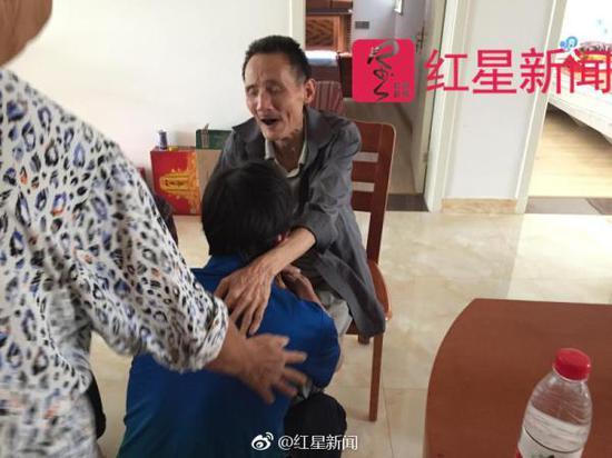 黄坚到家后跪倒在病弱的老父亲面前。红星新闻 图