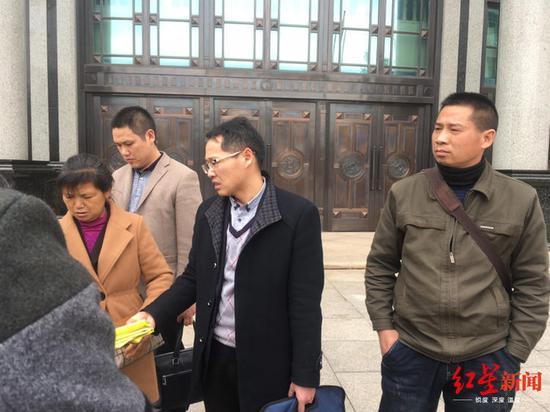 庭审结束后,陈裕咸家属等人在法院门口