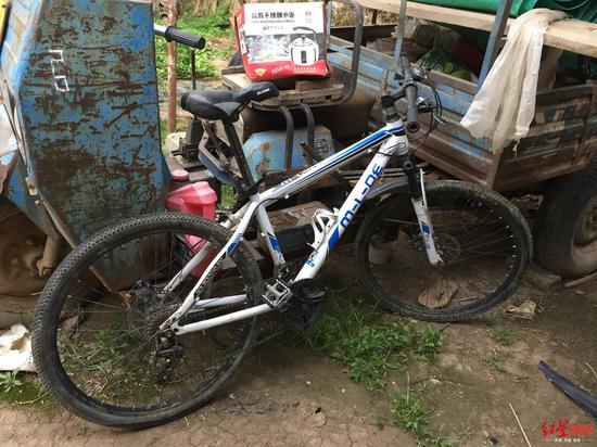 张凯经常骑着自行车上下学