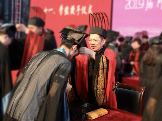 千名大学生穿汉服参加毕业典礼 校长用文言文致辞