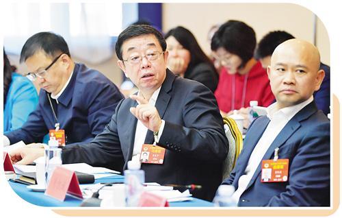 3月5日,全国政协工商联界别在驻地举行小组会议,讨论政府工作报告。   本报记者 高兴贵摄
