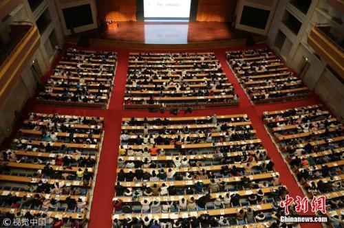 资料图:2018年1月10日,在济南山东会堂内,5000名考研族同上巨无霸大课。 郑涛 摄 图片来源:视觉中国