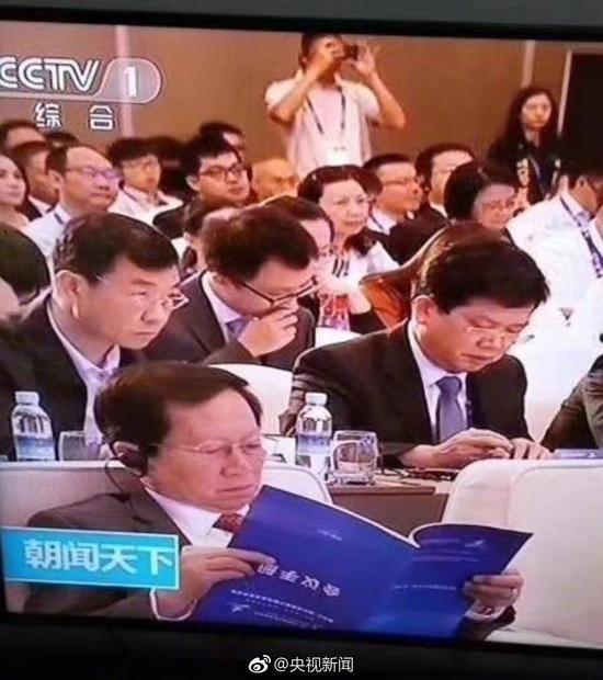 央视画面中参会者倒看会议手册?真相是这样
