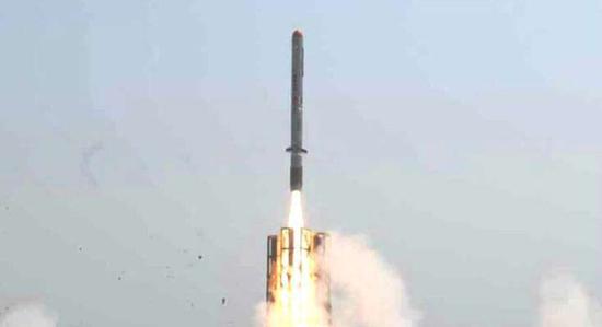 资料图:印度反导拦截弹发射场面
