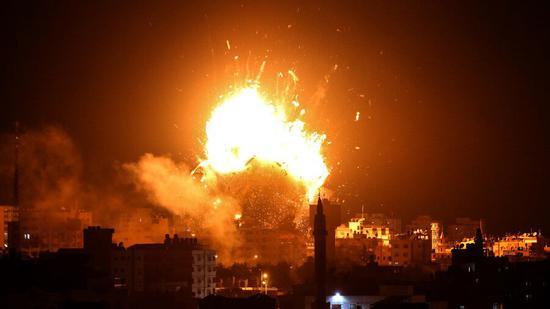 以空袭加沙 :哈马斯电视台被炸燃起巨大火焰
