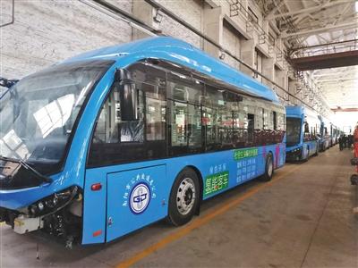昨日,河南南阳,洛特斯新能源汽车有限公司生产车间内的氢能源货车和客车。新京报记者 雷燕超 摄