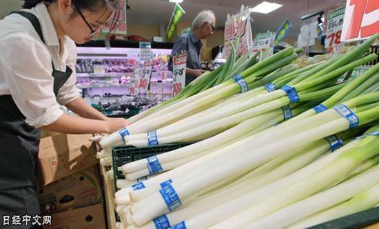 日本国产蔬菜由于缺货而涨价(东京一家超市)