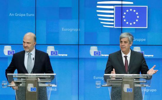 资料图片:12月4日,在比利时布鲁塞尔,欧盟经济和金融事务委员皮埃尔・莫斯科维奇(左)和欧元集团主席森特诺出席新闻发布会。(新华社/路透社)