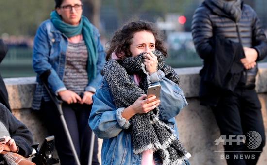 悲伤的巴黎市民(法新社)