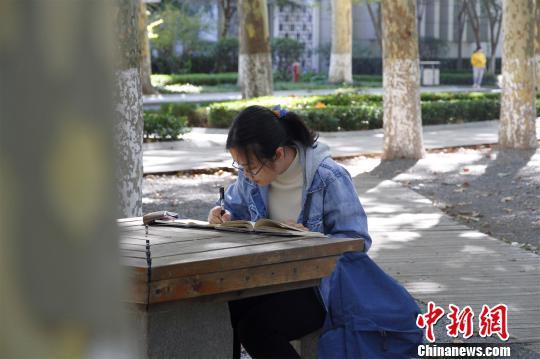 图为山东大学文学院2018级硕士研究生丁安琪在山东大学小树林晨读。 孙宏瑗 摄