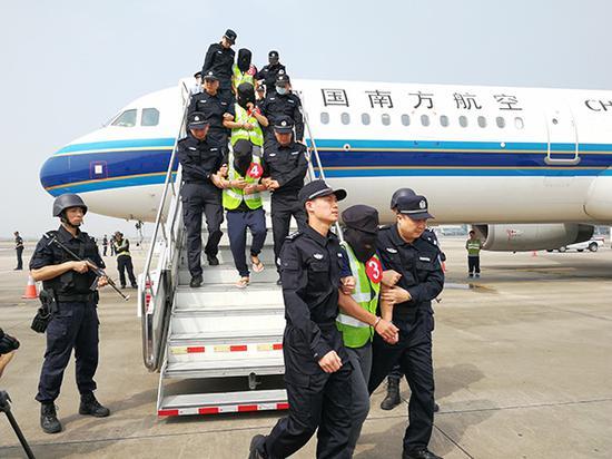 11月7日,36名立功嫌疑人从菲律宾押解回国,抵达深圳宝安国际机场。 澎湃新闻记者 朱远祥 图
