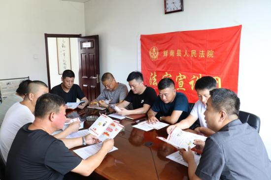 惠南法院宣传小组走进企业开展法治宣传