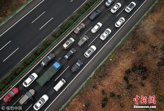 资料图:汽车在高速公路上行驶。图片来源:视觉中国