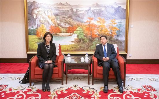 图为司法部副部长熊选国在京会见香港律师会访京团一行。