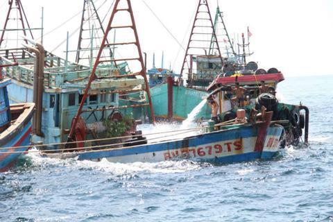 图为被水枪击沉的船只(图:美联社)