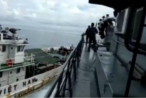 双方船只发生撞击。(图:路透社视频截图)