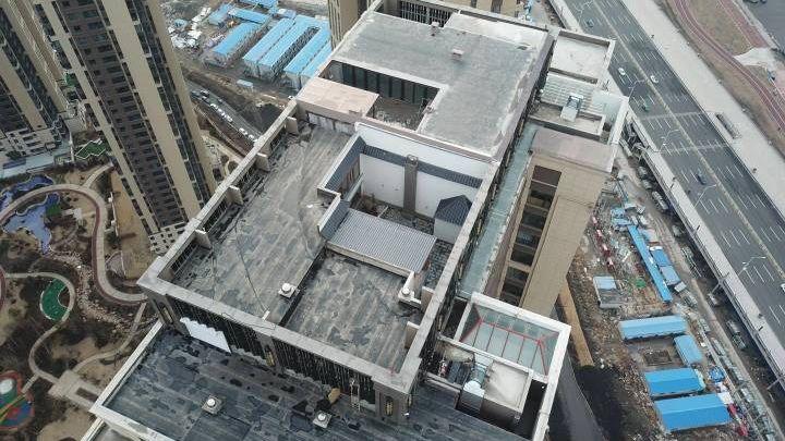 哈尔滨富力江湾新城5号楼一业主在40层楼的楼顶加盖了2层违建。受访者供图