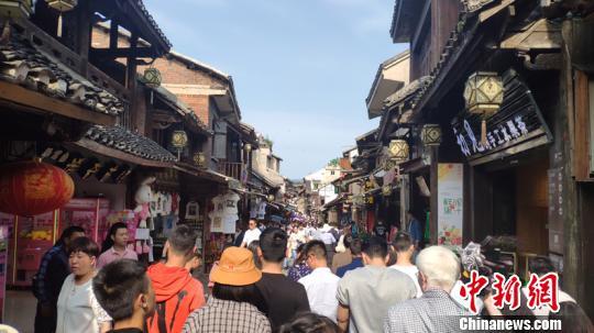 原标题:贵州旅游经济开启全年旺季模式 贵州青岩古镇