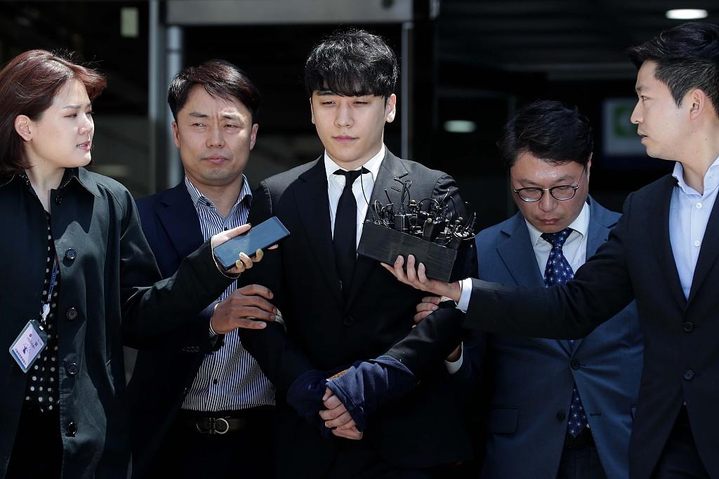 胜利双手被捆走出法院,返回警察所等待审查结果