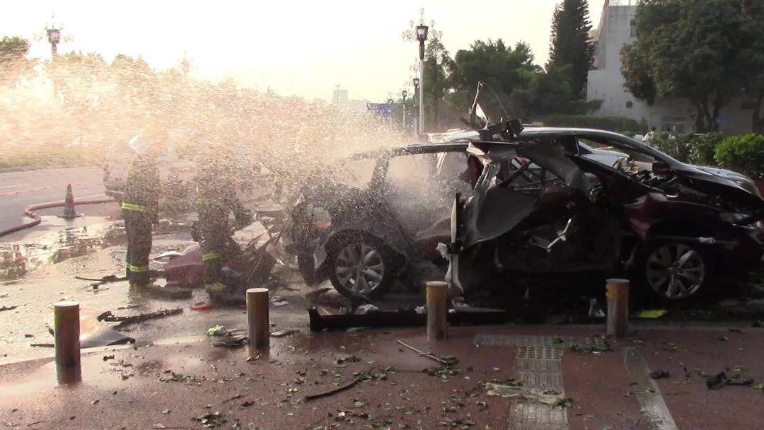 广州高校门口突发爆燃!车辆变成废铁 一人受重