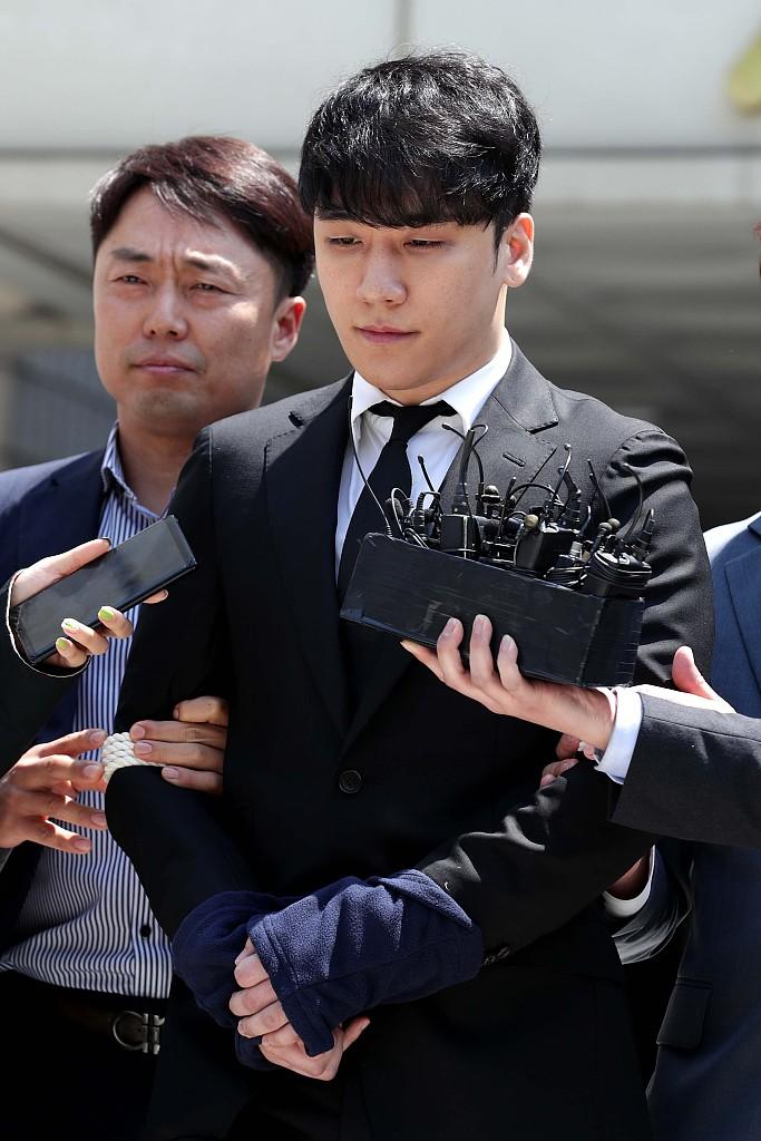 5月14日,胜利来到首尔中央地方法院出席拘留前审讯。图/视觉中国
