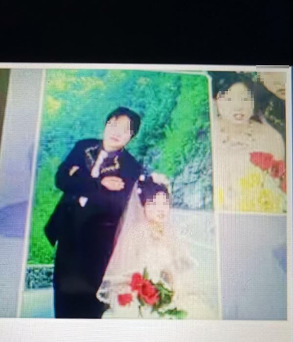 张山和小丽的结婚照片(翻拍) 本文图片均为澎湃新闻记者 戴越 图