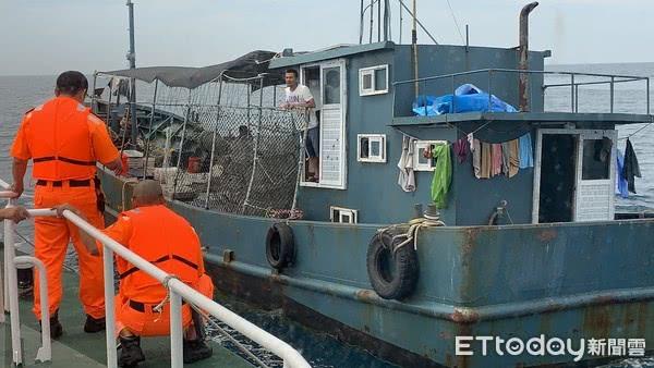 """台当局以""""越界""""为由查扣大陆渔船 渔获被倒海中"""