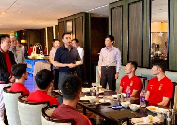 足协换届筹备组负责人陈戌源和几位投资人赛前出现,可见他们对本场比赛的重视。
