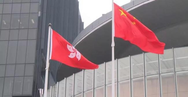香港示威者污毁国徽 新京报:逾越表达意见底线