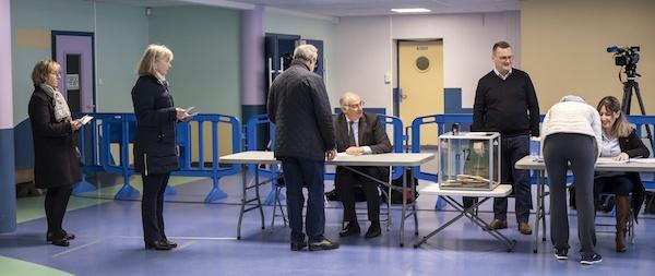 2020年3月15日,法国里尔一处投票站,选民参与投票。 新华社 图