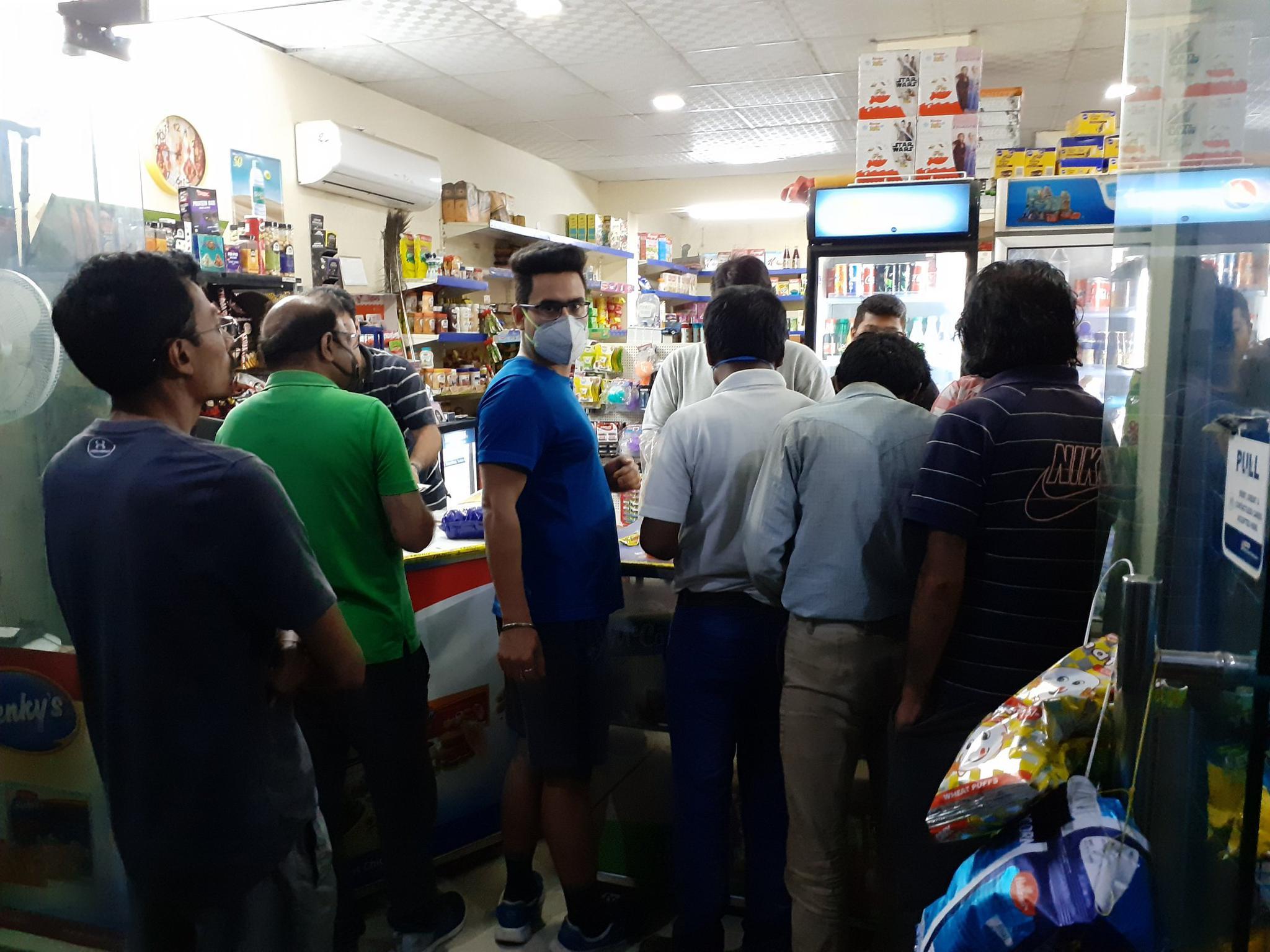 印度一商店挤满了人 图自社交媒体