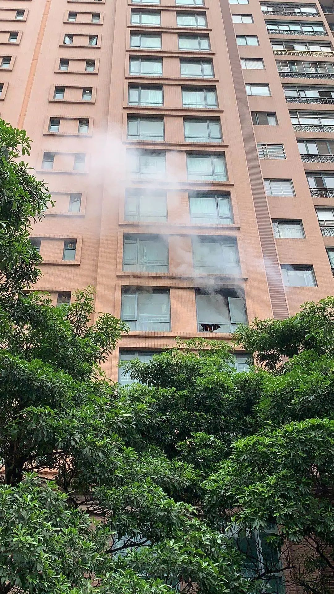 突發!東莞一女童在家玩打火機引發火燒家……