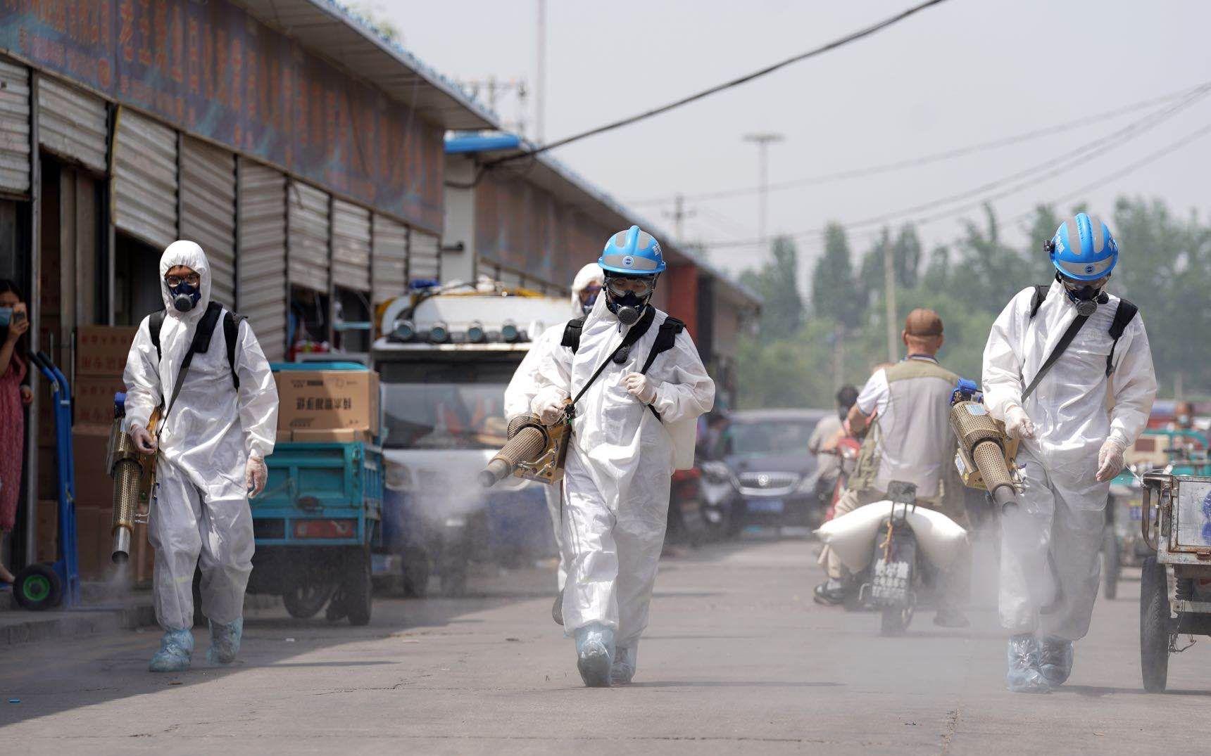 丰台区岳各庄市场进行全面消杀。摄影/新京报记者陶冉