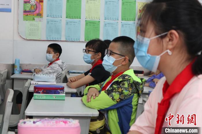 吉林市四至六年级小学生迎来复课