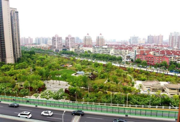 图说:紧邻内环的建民绿地公园绿树成荫宜川路街道供图(下同)