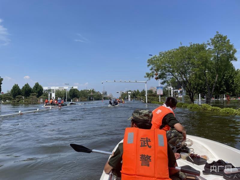 救援船只在卫辉城区积水路段行驶(记者白杰戈 摄)