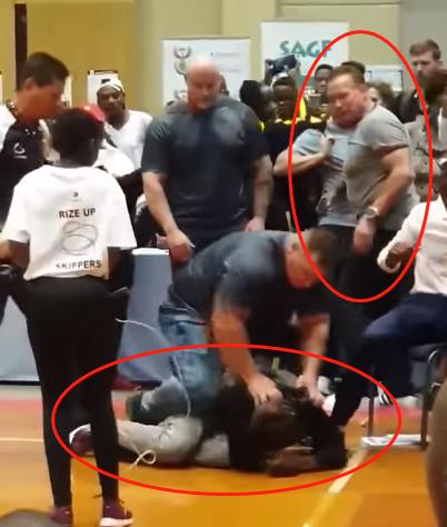 偷袭者被保安制服(视频截图)