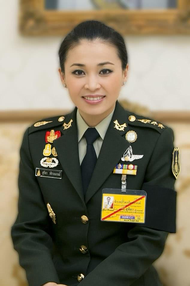 泰国王室发布20张王后肖像照,有眼尖网友发现疑似PS痕迹