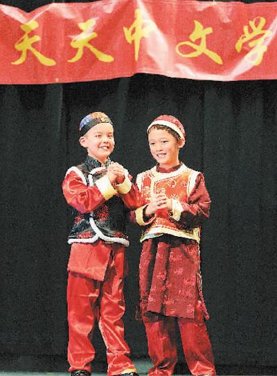 华侨华人的孩子在加拿大渥太华天天中文学校表演节目。   中国驻加拿大使馆网站